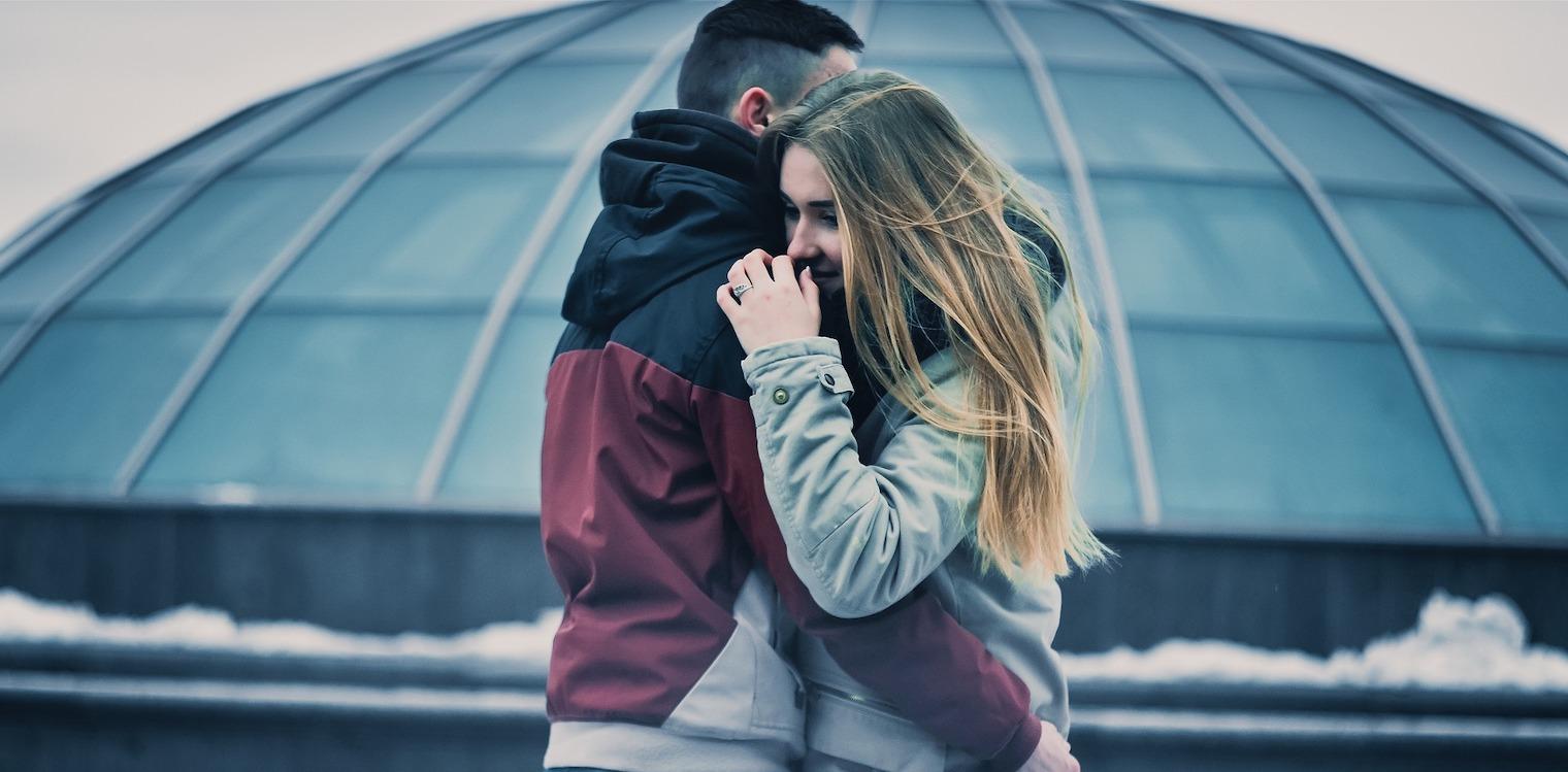 να βγαίνω με κάποιον που έχει ένα κορίτσι καλύτερο φίλο