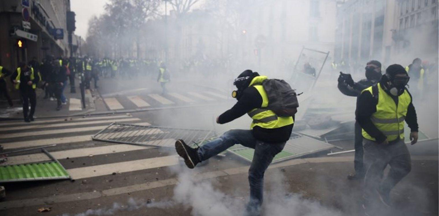 Πεδίο μάχης το Παρίσι  Πάνω από 100 συλλήψεις στη διαδήλωση των «κίτρινων  γιλέκων» 9aa48804484