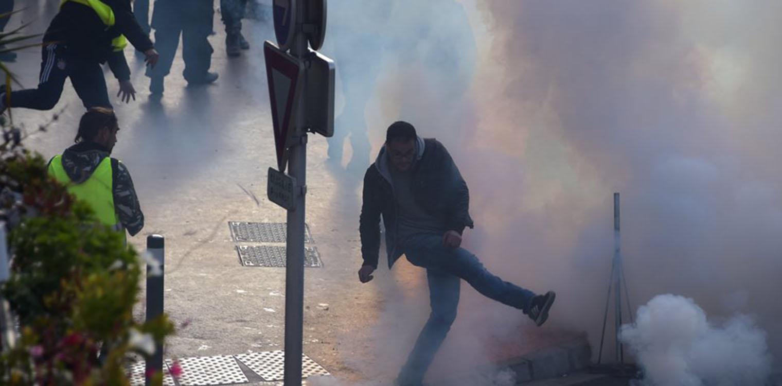 Κίτρινα Γιλέκα  Αναζητείται μορατόριουμ με τους διαδηλωτές - Νέες  συγκρούσεις στην Τουλούζη eb4b02e6f2f
