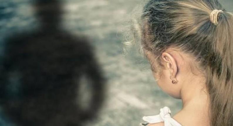 Σοκ: Πατέρας υποχρέωνε την κόρη να βλέπει πορνό και να κάνει όσα έβλεπε